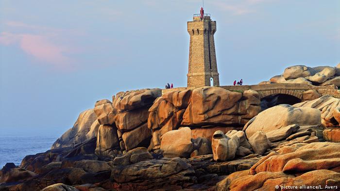 Frankreich Leuchtturm von Ploumanac'h an der Cote Granit Rose