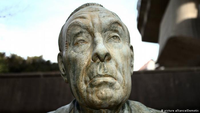 Estatua de Borges frente a la Biblioteca Nacional de Buenos Aires.
