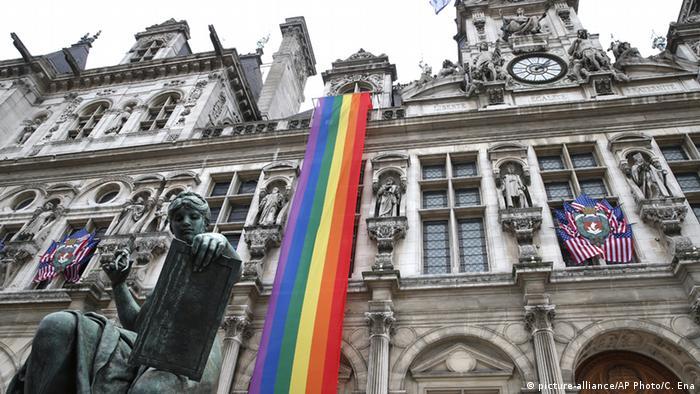 Stars and Stripes und eine Regenbogenflagge am Pariser Rathaus (Foto: dpa)