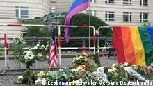 Copyright: Lesben und Schwulen Verband Deutschlands (LSVD). Person auf Bild: Markus Ulrich, Pressesprecher Auf die restlichen Bildern: Stillen Gedenken an dem Massaker gegen die Gemeinde LGTBI in Orlando vor der US-Botschaft in Berlin, organisiert vom LSVD