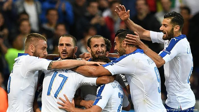0483fa49ea Jogadores da Itália comemorando o primeiro gol contra a seleção da Bélgica