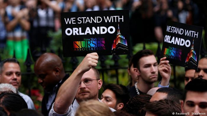 Solidaritätsbekundungen vor dem Stonewall Inn nach den Schüssen im Nachtclub Pulse in Orlando (Foto: rtr)