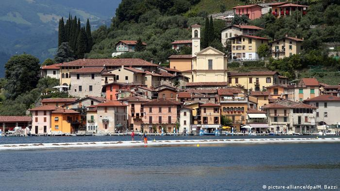 Italien Iseo-See Christo Projekt The Floating Piers (c) picture-alliance/dpa/M. Bazzi
