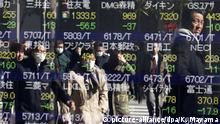 10.02.2016 Pedestrians watch Tokyo's stock index as they walk past a securities branch office during an afternoon trade session in Tokyo, Japan, 10 February 2016. Tokyo stocks plunged on 10 February's morning, falling below the 16,000 line, about 15-month low, as the yen is higher and US and European stock markets concern over global banking sector. EPA/KIMIMASA MAYAMA | (c) picture-alliance/dpa/K. Mayama