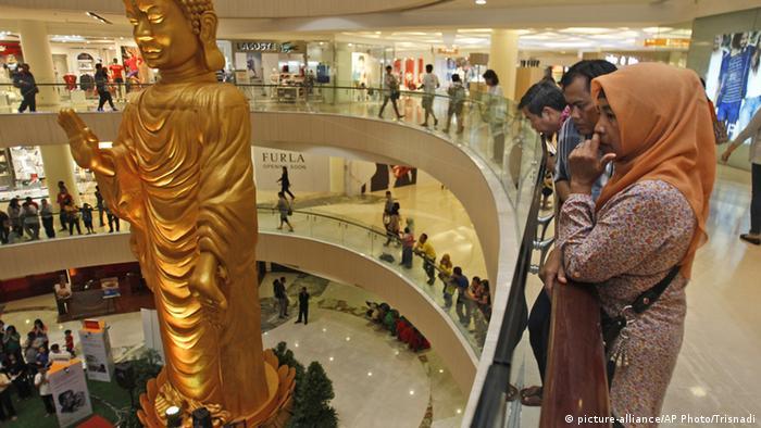 Indonesien Surabaya - Einkaufszentrum, Buddha-Statue (picture-alliance/AP Photo/Trisnadi)