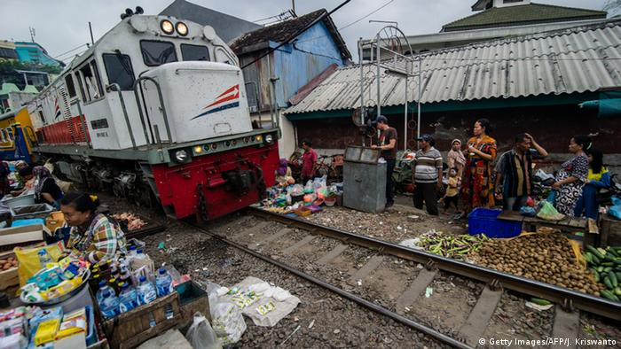 Indonesien Surabaya - Zug auf Markt (Getty Images/AFP/J. Kriswanto)