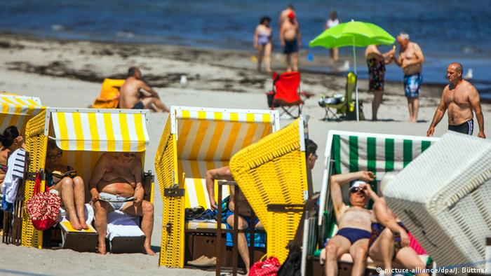Holidaymakers on the beach in Boltenhagen in Mecklenburg-Vorpommern, Germany - photo credit picture-alliance/dpa/J. Büttner