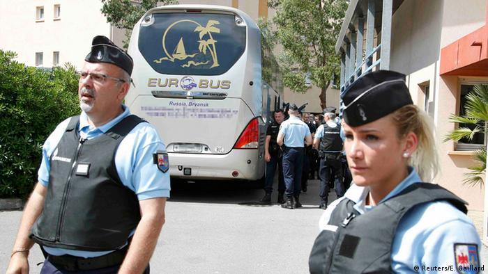 Frankreich Polizei stoppt Bus mit russischen Fußballfans Foto: +++ (C) Reuters/E. Gaillard