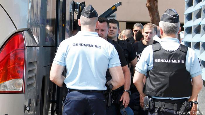 Frankreich Polizei stoppt Bus mit russischen Fußballfans