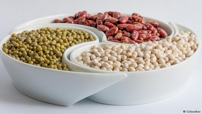 در طبیعت بیش از ۱۰۰ نوع لوبیا وجود دارد. لوبیا بسیار مغذی است. لوبیا تاثیر بسزایی در کاهش کلسترول دارد. مصرف یکصد گرم لوبیا در روز نیاز یک بزرگسال به آهن را تامین میکند. افزون بر این لوبیا تاثیر خوبی بر مو، پوست و غشا مخاطی دارد. غشا مخاطی لایهای سلولی است که قسمتهایی از بدن را که نباید خشک شوند محافظت میکند.