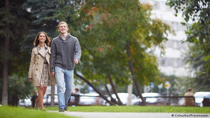 Symbolbild Spaziergang Liebespaar