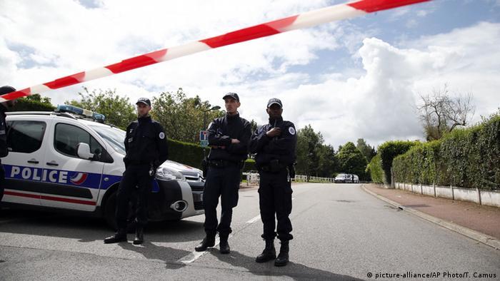 Frankreich attentat auf Polizist bei Paris Polizisten sperren Tatort ab