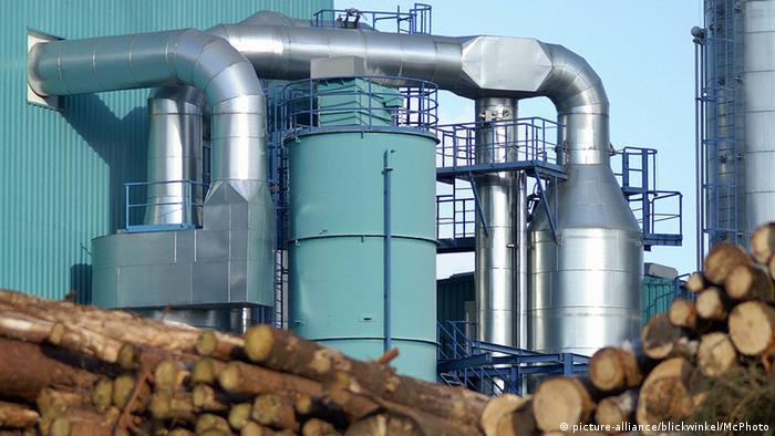 Biomassekraftwerk und Holzstapel