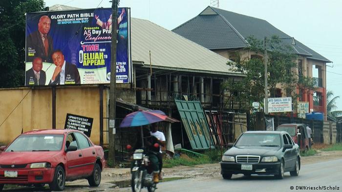 Das Bild zeigt eine Straßénszene in der Kleinstadt Eket im Südosten Nigerias (Foto: DW/Kriesch/Scholz)
