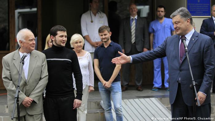 Звільнені Юрій Солошенко (л), Геннадій Афанасьєв (ц) та президент України Петро Порошенко (п) у Києві