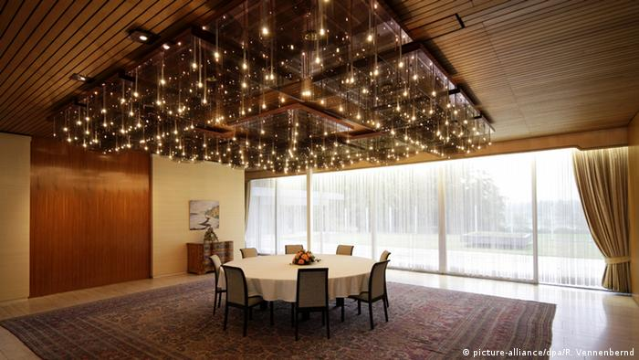 Former Chancellor's Bungalow shows a dining room with table underneath a broad light fixture (picture-alliance/dpa/R. Vennenbernd)