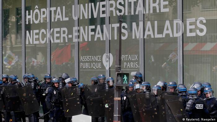 Frankreich Polizisten beim Pariser Protesten vor dem Kinderklinik