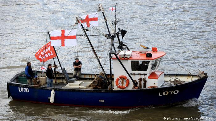 A fishing boat campaigning for Brexit sails down the Thames through central London, United Kingdom on June 15, 2016 (picture alliance/abaca/K. Green)