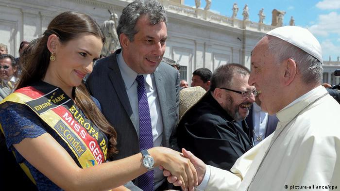 Papst Franziskus gibt Miss Germany Lena Bröder die Hand.