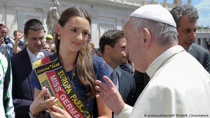 Vatikan Papst Franziskus mit Miss Germany Lena Bröder