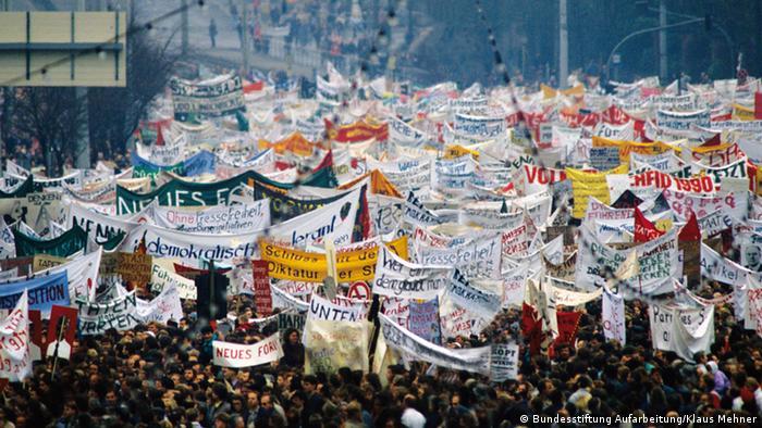 Mit Transparenten demonstrieren am 4. November 1989 hunderttausende Menschen auf dem Berliner Alexandersplatz gegen das DDR-Regime.