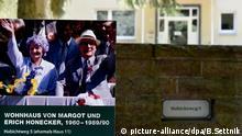 Eine Info-Tafel steht am 12.05.2016 in Wandlitz (Brandenburg) vor dem einstigen Wohnhaus von Staatschef Erich Honecker. Die Wohnhäuser der DDR-Regierung werden jetzt von der Brandenburg Klinik genutzt. Die Sonderausstellung Waldsiedlung Wandlitz - Eine Landschaft der Macht wird bis zum 9. November in Wandlitz (Brandenburg) im Barnim-Panorama gezeigt. Foto: Bernd Settnik/dpa +++(c) dpa - Bildfunk+++ | © picture-alliance/dpa/B.Settnik