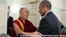 15.06.2016 Jun 15, 2016 - Washington, District of Columbia, U.S. - President BARACK OBAMA greets His Holiness the DALAI LAMA at the entrance of the Map Room of the White House Copyright: picture alliance/ZUMAPRESS.com/P. Souza