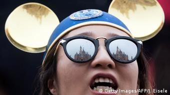 Woman with golden Mickey Mouse ears (Getty Images/AFP/J. Eisele)