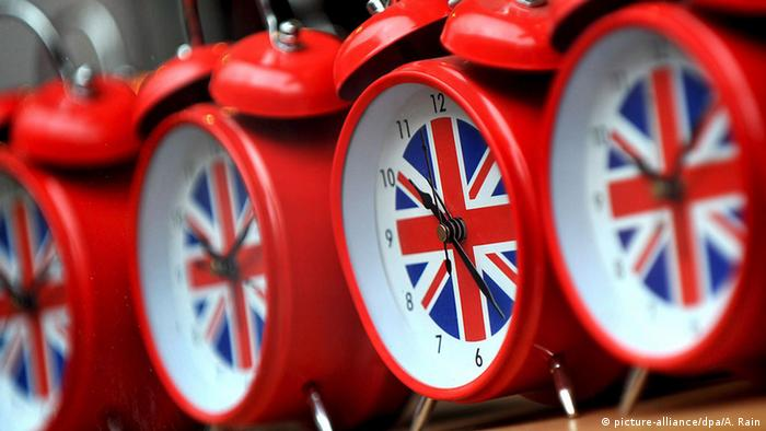 Clocks on sale at a store in central London, Britain, 26 March 2009 (Photo: picture-alliance/dpa/A. Rain)