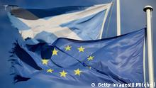 GLEN COE, SCOTLAND - MARCH 24: A European Union flag and Saltire flag blow in the wind near to Glen Coe on March 24, 2014 in Glen Coe, Scotland. A referendum on whether Scotland should be an independent country will take place on September 18, 2014. (Photo by Jeff J Mitchell/Getty Images) © Getty Images/JJ.Mitchell