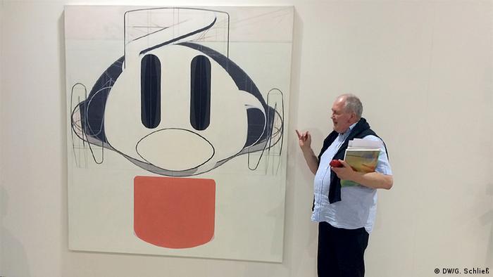Kurator Mark Gisbourne vor einem Bild von Frank Nitsche. Foto: Gero Schließ, DW