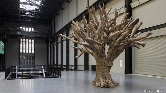 Ai WeiWei Baum-Skulptur in der Turbine Hall der Tate Modern in London