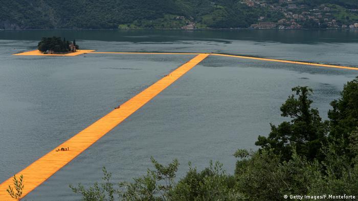 """Burmistrz Sulzano nazwał instalację """"cudem Christo"""". Dryfujące i szerokie na 16 m pomosty podtrzymywane były przez pontony i pozwalały zwiedzającym spacerować po tafli jeziora z miasteczka Sulzano do wysp Monte Isola i San Paolo. Instalacja zastąpiła na jakiś czas prom."""