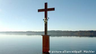 A cross on Starnberger See memorializes King Ludwig II, who met an untimely death by drowning here (picture-alliance/dpa/F. Mächler)