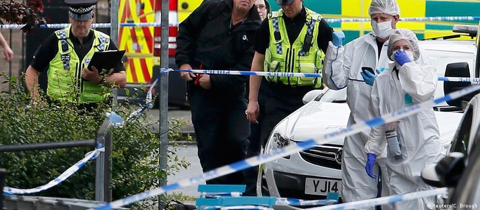 Polícia isola área onde ocorreu o assassinato na cidade de Birstall, no norte do país