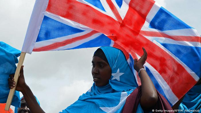 Somalia Frau mit britischer Flagge in Mogadischu