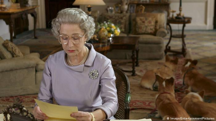 The Queen reads a letter in The Queen (2006) Helen Mirren (Imago/EntertainmentPictures)