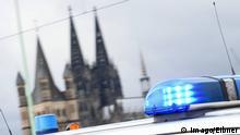 Deutschland Köln Blaulicht der Polizei vor Kölner Dom