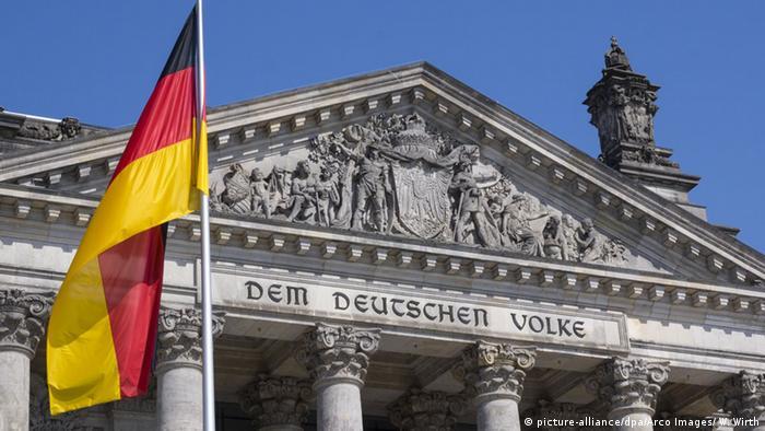 Флаг Германии перед зданием Рейхстага