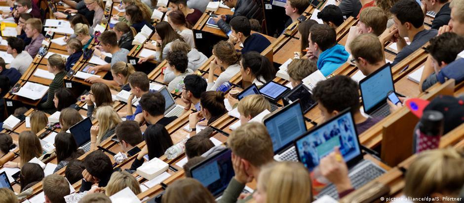 Estudantes acompanham uma aula na Universidade Georg August, em Göttingen