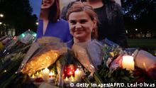 16.06.2016 Floral tributes and candles are placed by a picture of slain Labour MP Jo Cox at a vigil in Parliament square in London on June 16, 2016. Cox died today after a shock daylight street attack, throwing campaigning for the referendum on Britain's membership of the European Union into disarray just a week before the crucial vote. / AFP / DANIEL LEAL-OLIVAS (Photo credit should read DANIEL LEAL-OLIVAS/AFP/Getty Images) (c) Getty Images/AFP/D. Leal-Olivas