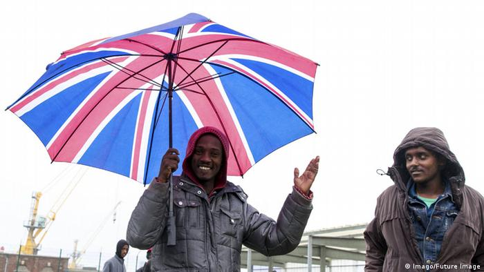 Frankreich Calais Flüchtlinge Regenschirm Union Jack (Imago/Future Image)
