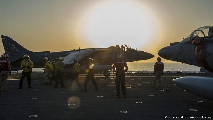 US Navy USS Makin Island Kampfjets Vorbereitung Einsatz (picture-alliance/dpa/US Navy)