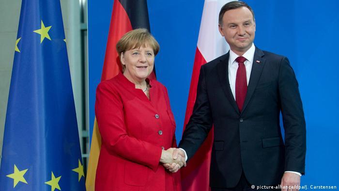 Bundeskanzlerin Angela Merkel (CDU) und der polnische Präsident Andrzej Duda geben sich nach einer gemeinsamen Pressekonferenz am 17.06.2016 in Berlin die Hand. Foto: Jörg Carstensen/dpa