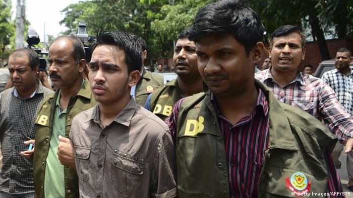 Bangladesh police escort Islamist militant Suman Hossain Patowari (center), 20, after his arrest in connection with an attack on publisher Ahmedur Rashid Tutul in DhakaBangladesch Festnahmen nach Razzien in Dhaka