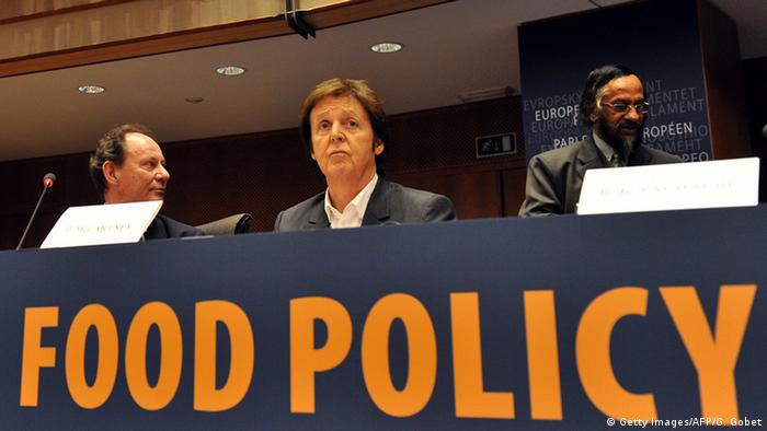 Paul McCartney sitzt 2009 im EU Parlament. (Foto: Getty Images/AFP/G. Gobet)