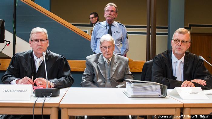 راینهولد هانینگ ، نگهبان سابق اردوگاه آشویتس در میان وکلا