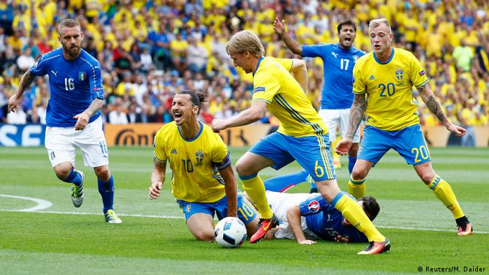 Frankreich Fußball-EM Italien vs. Schweden Zlatan Ibrahimovic (R) u. Giorgio Chiellini