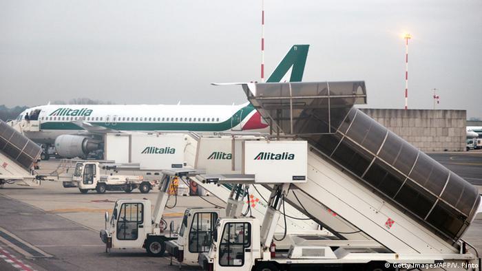 Italien Fiumicino airport Alitalia Flugzeug Symbolbild Streik (Getty Images/AFP/V. Pinto)