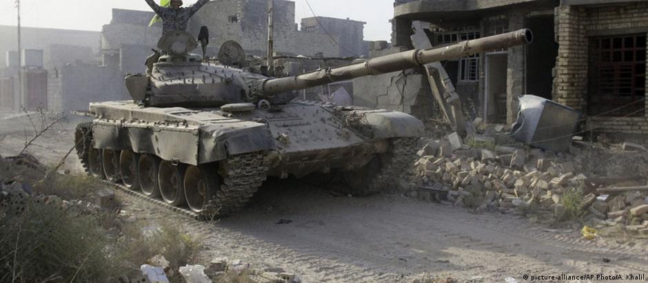 Militares iraquianos comemoram retomada de Falluja